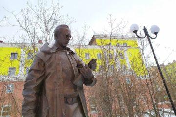 Памятнику Урванцеву восстановили сломанное пенсне
