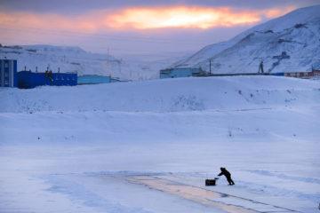 На озере Долгом режут лед для новогоднего городка