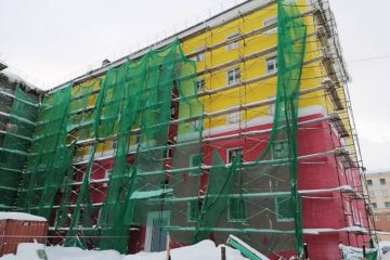 Под тяжестью снега рухнули строительные леса на фасаде дома в Норильске