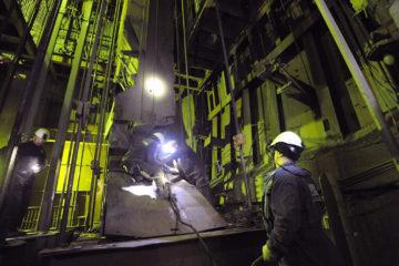 На руднике «Комсомольский» меняют головные канаты на клетьевом стволе