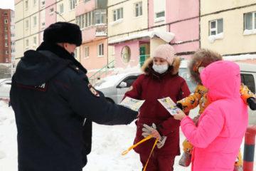 Полицейские поздравили норильчанок с наступающим 8 Марта