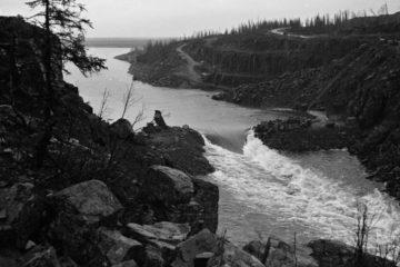 Первые глыбы для перекрытия Хантайки вода унесла в Енисей