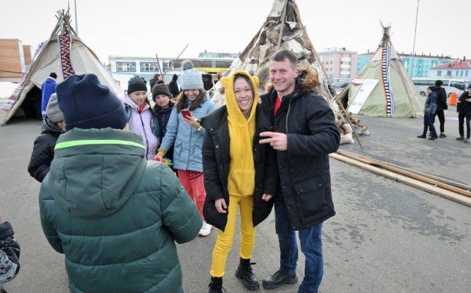 Гости Arctic Cup 2021 фотографируются у чумов и пробуют северную кухню