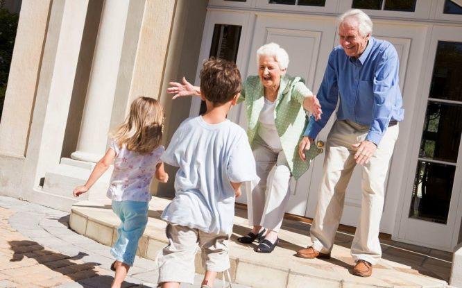 Бабушки и дедушки юридически станут внукам полноправной родней