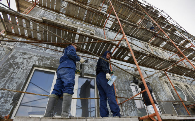 С приходом тепла в Норильске начали ремонтировать фасады