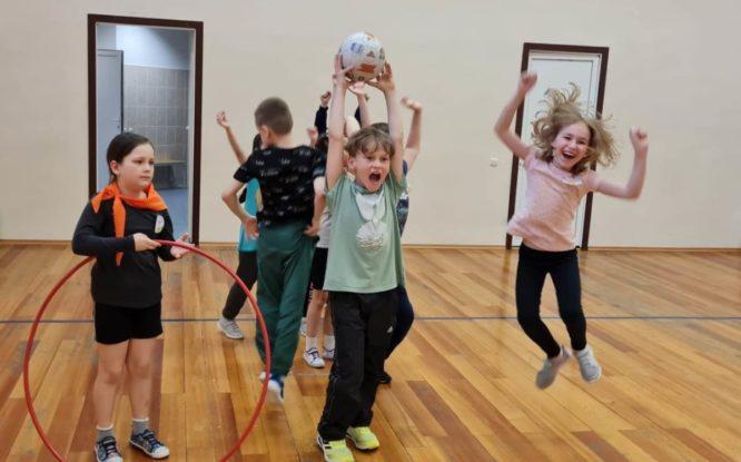 В Норильске детям из пришкольного лагеря устроили спортивный праздник