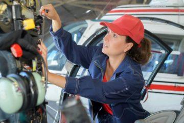 Женщинам разрешили обслуживать самолеты и работать авиамеханиками