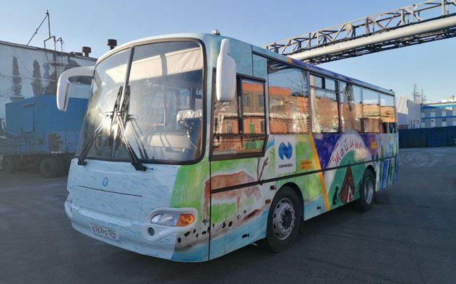 Автобусы в Дудинке украсили рисунками школьников