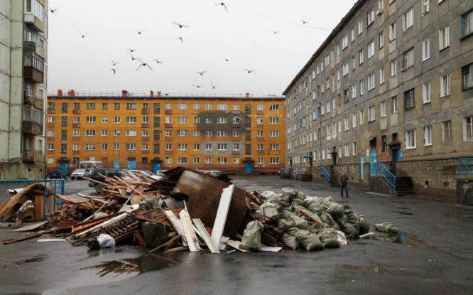 Двор на Ленинградской, 22,  завалили строительным хламом
